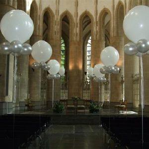 1256638556Nballondecoratie_kerk1
